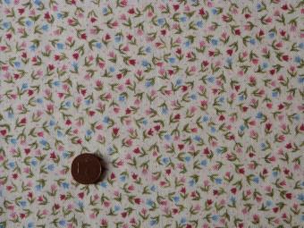 tissus patchwork fond beige motifs fleurs roses et bleues feuillage vert. Black Bedroom Furniture Sets. Home Design Ideas