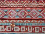 Tissu patchwork rouge à motifs géométriques bleus et roses
